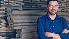 Оскар Мендез гради домови за питачите со пластика