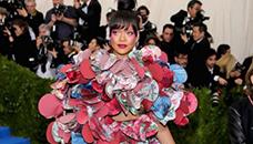 Ријана со слоевит фустан   кич или не