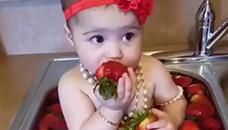Како би ви било вака да јадете јагоди