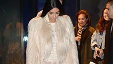 Ким Кардашијан со проѕирен и искинат фустан