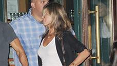 Џенифер Анистон со штикли од 11см и искинати фармерки