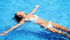 Кој е најдобар стил на пливање ако ве боли грб