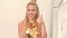 Шакира со мини фустан за истакнување на танчерските колкови