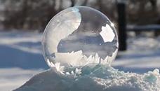 Како обично балонче се претвара во мраз