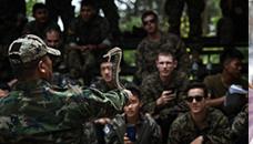 Американските војници ја сечат главата на змијата  потоа ја пијат крвта