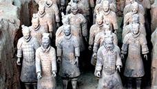 Кинезите бесни оти Американец откинал прст на војник од скулптура